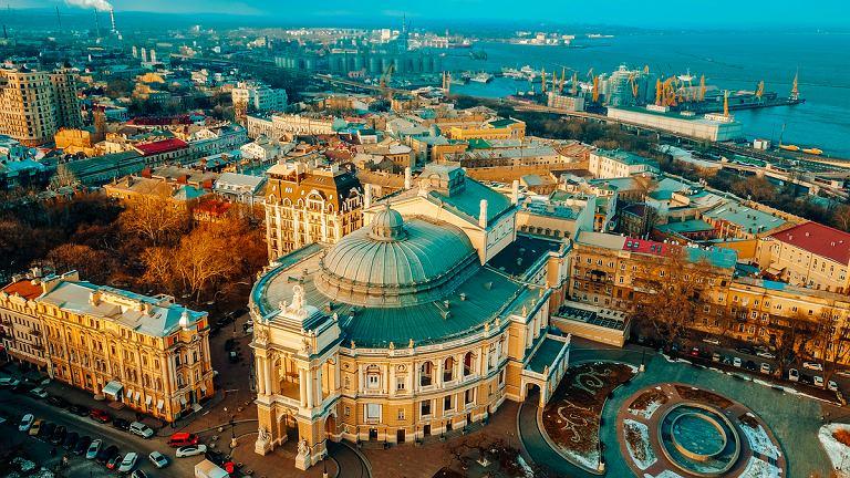 Widok na operę w Odessie z portem w tle.
