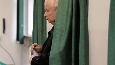 Wybory prezydenckie, głosuje prezes Jarosław Kaczyński. wysuwany przez PiS argument o konieczności zapobieżenia fałszerstwom możliwym przy głosowaniu korespondencyjnym mało ma wspólnego z troską o szeroki udział w wyborach - ten mógłby PiS-owi zaszkodzić... Warszawa, 10 maja 2015