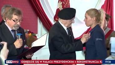 Zofia Klepacka podczas przyjmowania odznaczenia honorowego członka Światowego Związku Żołnierzy AK