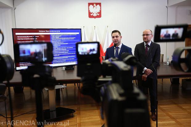 Patryk Jaki i Kamil Zaradkiewicz prezentują projekt ustawy reprywatyzacyjnej. Warszawa, Ministerstwo Sprawiedliwości, 11 października 2017