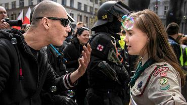 Czeska 16-latka Lucie Myslikowa śmieje się z prawicowego demonstranta podczas manifestacji 1 maja w Brnie