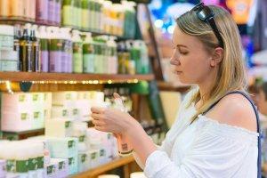 Francuska organizacja publikuje listę szkodliwych kosmetyków. Większość z nas używa ich na co dzień