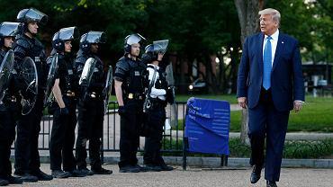 Donald Trump w okolicy kościoła św. Jana w Waszyngtonie