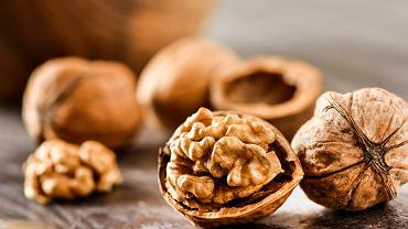 Orzechy włoskie wspierają pracę układu nerwowego i mózgu, chronią przed chorobami układu sercowo-naczyniowego, pomagają obniżyć poziom cholesterolu i działają przeciwzakrzepowo.