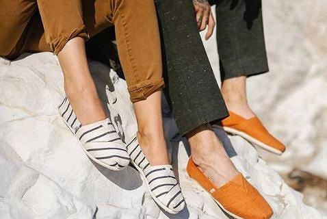 Espadryle TOMS to idealne buty na lato! Te modele kupisz z dużym rabatem