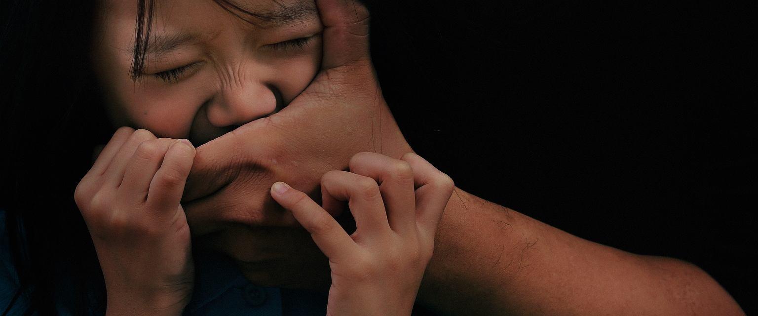Narkotyki, sutenerstwo, porwania - to smutna codzienność dzieci gangsterów (fot. Shutterstock)