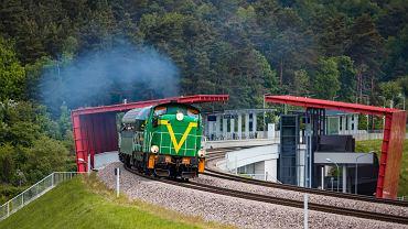 Zabytkowy pociąg na linii PKM mija przystanek Gdańsk Niedźwiednik