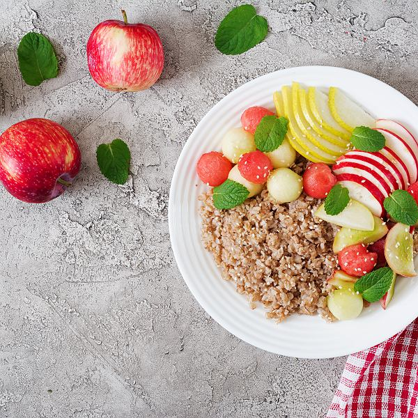 Kasza gryczana świetnie pasuje do przygotowania nie tylko dań obiadowych. Można z niej przyrządzić pyszne i zdrowe śniadanie, przekąski, a nawet... deser