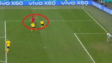 Robert Lewandowski strzela gola w meczu Polska - Szwecja