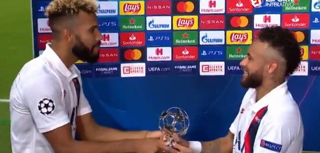 Neymar oddaje nagrodę dla piłkarza meczu z Atalantą, Choupo-Mitingowi