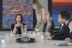 Przyjaciółki odcinek 7. Zuza jest na naradzie z innymi kierownikami działo´w, jest w napie?ciu i krzyczy na Inge?, z.e nie przynosi zestawien´.
