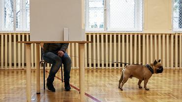 Jeden z lokali wyborczych podczas II tury wyborów samorządowych w Krakowie