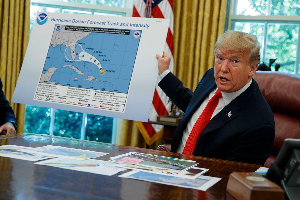 Prezydent Donald Trump pokazuje mapę trajektorii Doriana, Waszyngton, 4 września 2019 r.