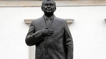 Nowo zbudowany pomnik Lecha Kaczyńskiego na placu Piłsudskiego w Warszawie. 5 listopada 2018