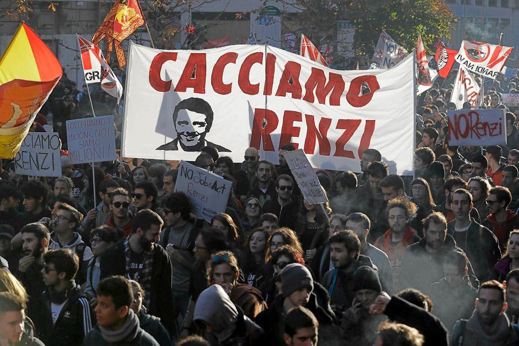 Demonstracja przeciwko propozycjom Matteo Renziego. Na transparencie: Przepędźmy Renzziego