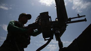 Afgański żołnierz na stanowisku ogniowym w Nangarhar, 23.07.2021