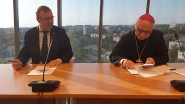 Prezes TVP S.A. Jacek Kurski i biskup Artur Miziński podpisują porozumienie