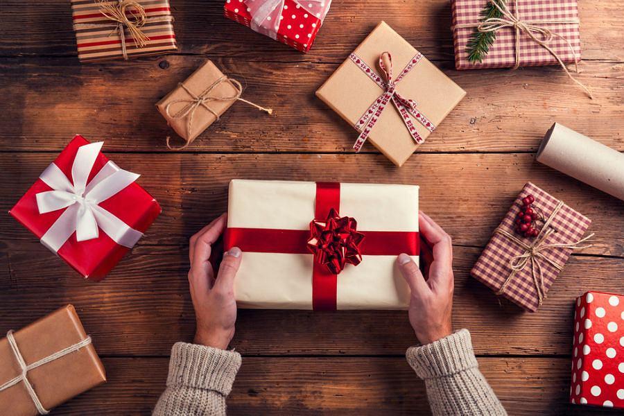 Paczki z prezentami świątecznymi / fot. Shutterstock