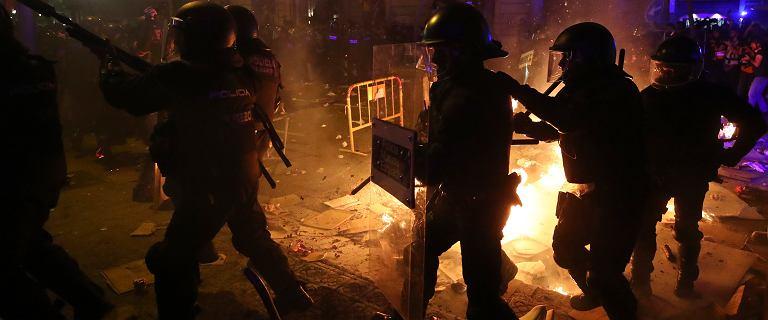 Hiszpania. Fala protestów w Katalonii. Płonące barykady na ulicach Barcelony