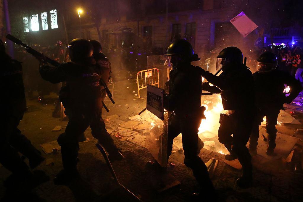 Katalonia. Protesty i starcia z policją po wyroku skazującym organizatorów referendum ws. niepodległości