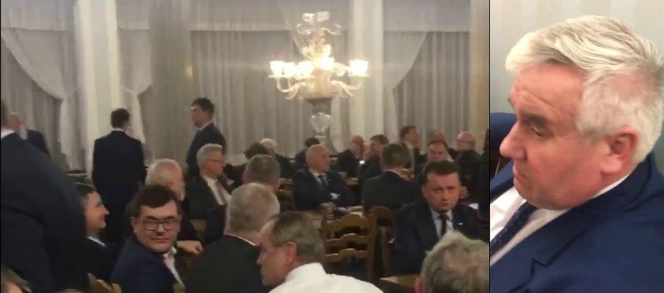 Posłowie PiS blokowali dostęp opozycji do sali, w której odbywało się głosowanie ustawy budżetowej. Po lewej na zdjęciu to poseł PiS Kazimierz Gwiazdowski