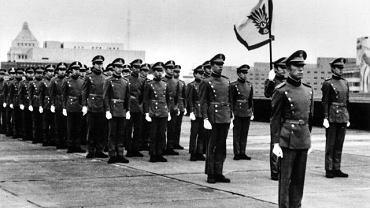 Mishima na czele założonego i finansowanego przez siebie Korpusu Tarczy, marginalnej milicji, której członkowie mieli pielęgnować sprawność fizyczną i dbać o wskrzeszenie ducha samurajskiego. Pisarz nazywał ją nieskromnie ''najmniejszą i najbardziej uduchowioną armią świata''. Zdjęcie z marca 1970 r.
