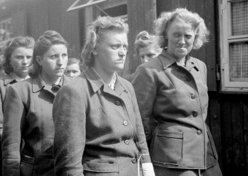 Strażniczki z obozu Bergen-Belsen - Hildegard Kanbach, Irene Haschke, Elisabeth Volkenrath, Herta Bothe (fot. Oakes, H (Sgt) No 5 Army Film & Photographic Unit / wikimedia.org / public domain)