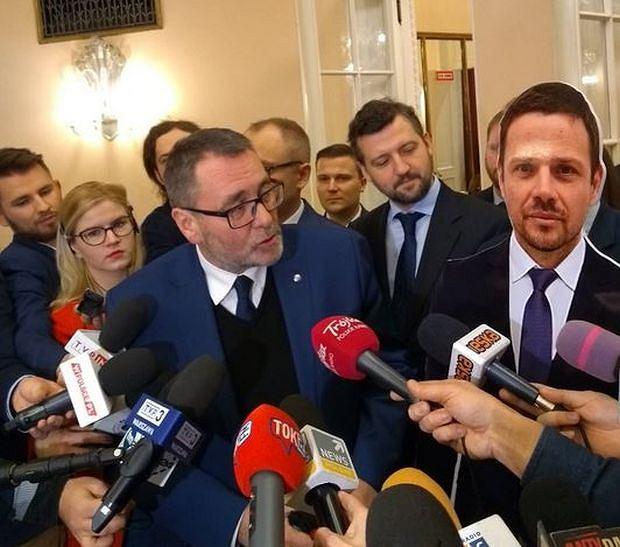 Radni z klubu PiS przyszli na posiedzenie z podobizną prezydenta Rafała Trzaskowskiego
