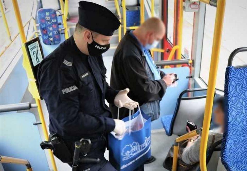 Koronawirus. Policja wypisuje mandaty za brak maseczki