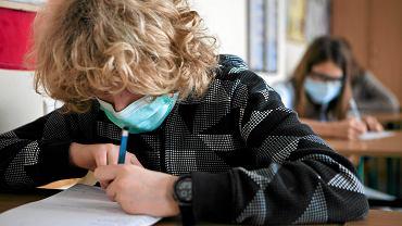 Uczniowie na lekcjach w ochronnych maseczkach