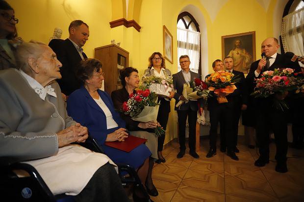 Zdjęcie numer 4 w galerii - Elżbieta Rogala kończy 108 lat, życzenia i kwiaty od marszałka [ZDJĘCIA]