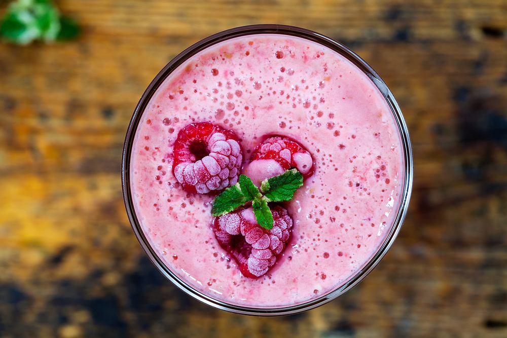 Mrożone owoce można wykorzystać na wiele sposobów, np. zrobić z nich shake'a, lody albo zapiec je pod kruszonką
