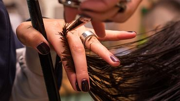 Modne fryzury 2021 damskie dla 50-latek. Odmładzają optycznie o 10 lat