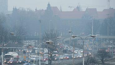 Smog we Wrocławiu. Transport samochodowy zajmuje drugie miejsce w tworzeniu pyłu, a pierwsze, gdy chodzi o tlenki azotu