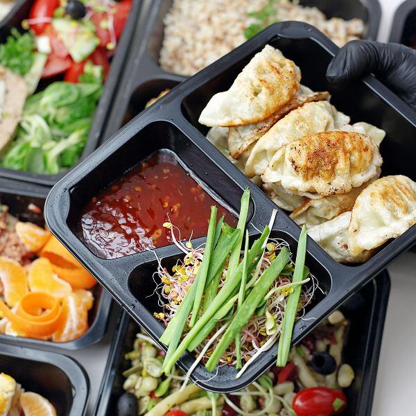 Catering dietetyczny oferuje różne modele diety. Jeśli nie wiemy, który wybrać, warto zasięgnąć rady dietetyka, szczególnie kiedy chorujemy na schorzenia zależne od diety, jak np. cukrzyca typu 2, insulinooporność, niedoczynność tarczycy, nadciśnienie.