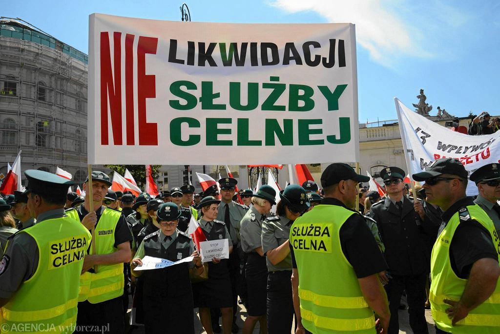 Protest celników przez Pałacem Prezydenckim. 6 czerwca 2016 r.