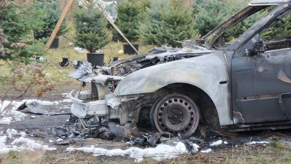Spalony samochód osobowy w Milanówku. W pożarze zginął mężczyzna