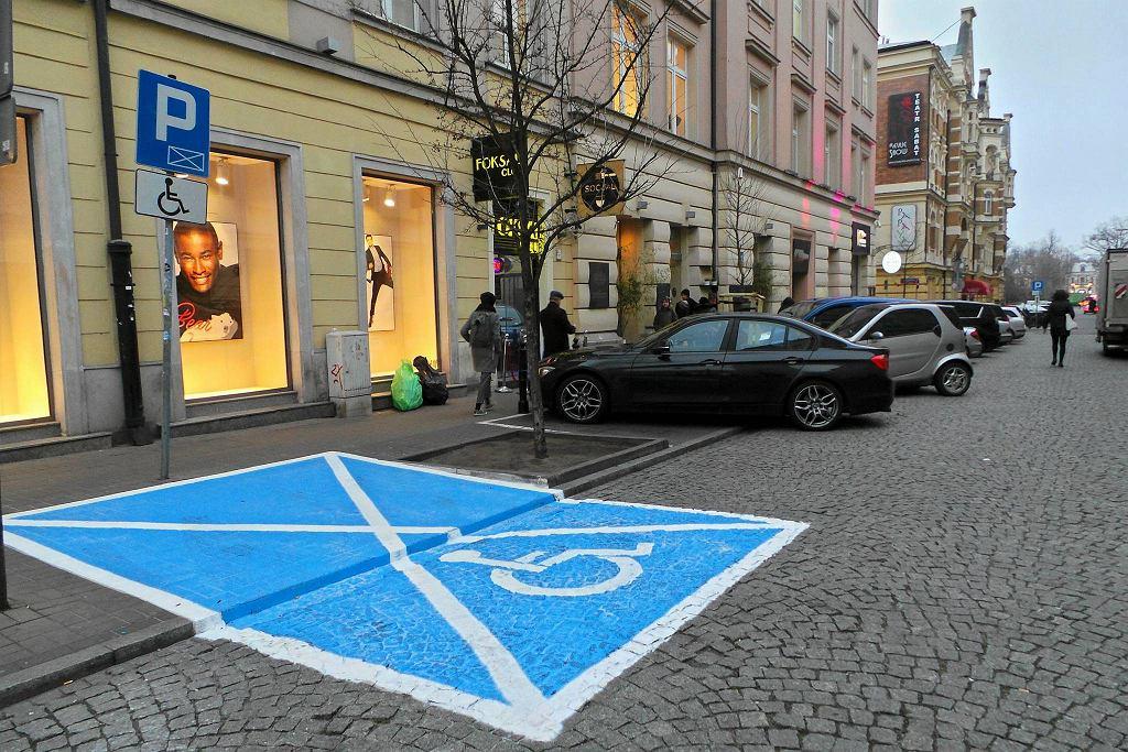 Miejsce dla niepełnosprawnych przy ul. Foksal w Warszawie