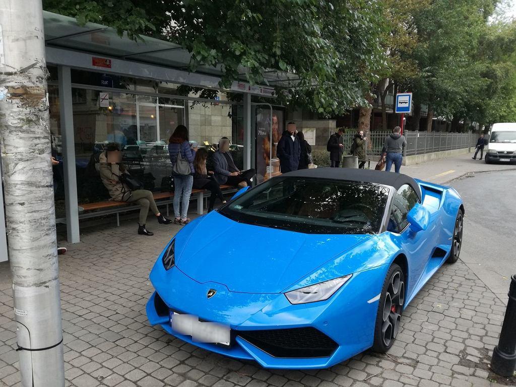 Lamborghini pod wiatą przystankową