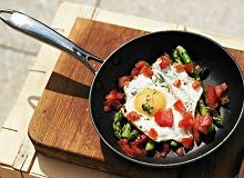 Jajko sadzone na szparagach - ugotuj