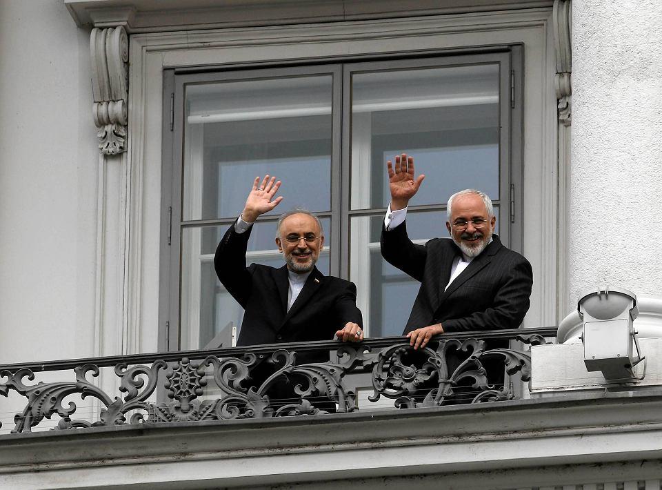Szef irańskiej Organizacji Energii Atomowej Ali Akbar Salehi i minister spraw zagranicznych Iranu Mohammad Zarif na balkonie pałacu Coburg w Wiedniu, gdzie toczą się rozmowy o irańskim programie atomowym