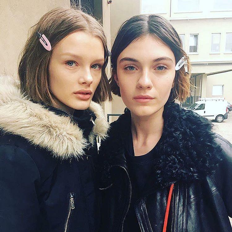 Fryzura 2017, blunt bob: Modelki Kris Grikaite i Milena Litvinovskaya przed pokazem Prady