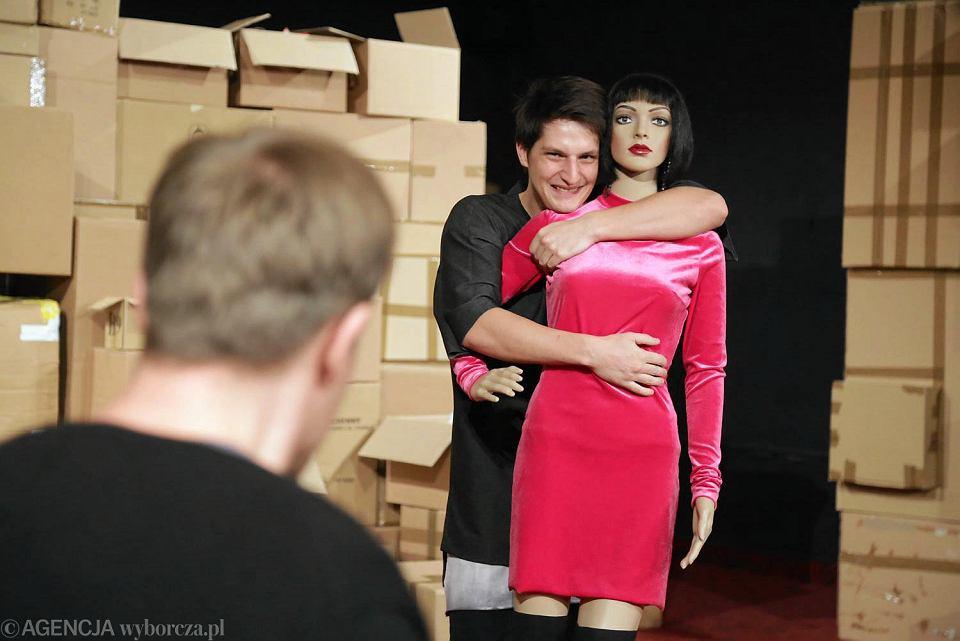 Zdjęcie numer 2 w galerii - Zwyczajne szaleństwo w Dramatycznym. Nic nie jest takie, jakie się wydaje
