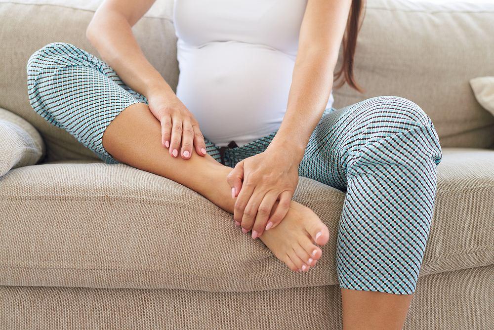 Dolegliwości związane z opuchniętymi kostkami często dotykają ciężarne, zwłaszcza w ostatnich miesiącach ciąży.