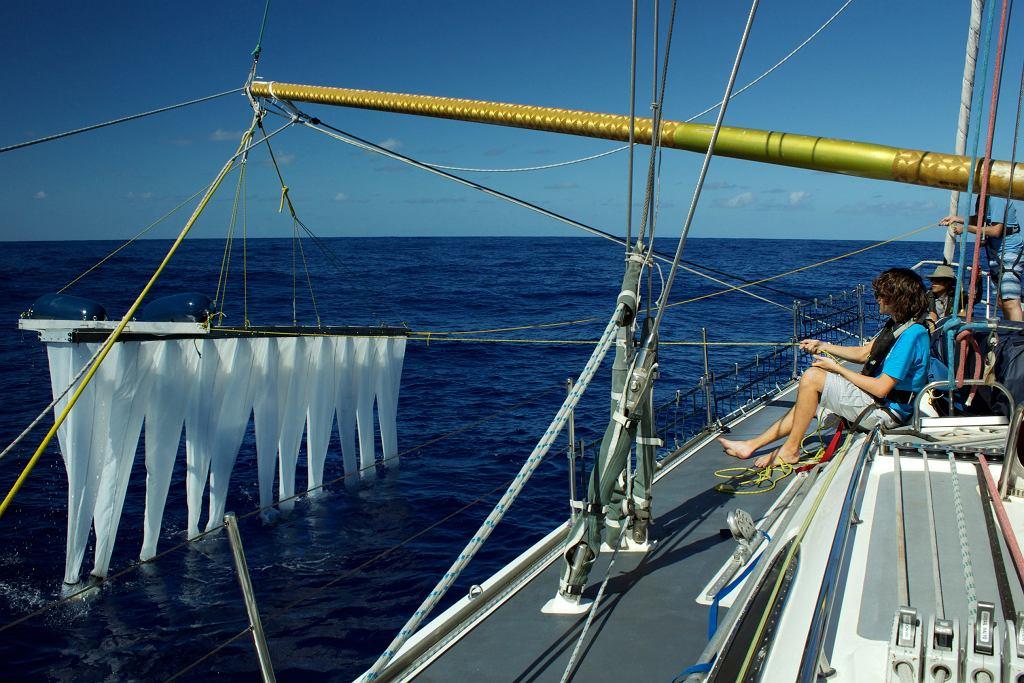Żeby skutecznie walczyć z zanieczyszczeniem wód, należy m.in. sprawdzić, jak głęboko spotkać można śmieci. Na zdjęciu Boyan Slat i urządzenie, dzięki któremu, można tego dokonać (fot. The Ocean Cleanup)