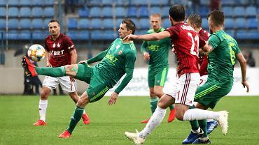 Krzysztof Mączyński (przy piłce) ze względu na ból w kolanie przez kilka ostatnich dni był wyłączony z treningu