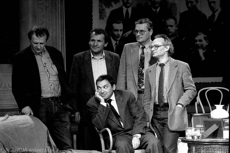ADAM MICHNIK , HENRYK WUJEC, MIROSŁAW SAWICKI, JAN LITYŃSKI I SEWERYN BLUMSZTAJN W STUDIO TELEWIZJI POLSKIEJ, 31.03.1992.
