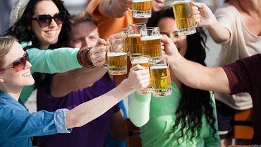 Przyjaciele wznoszą toast