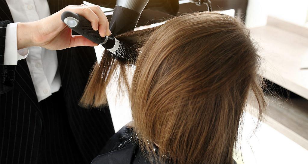 Jak układać włosy, by ich nie zniszczyć? Stylizacyjne grzechy, których należy się wystrzegać