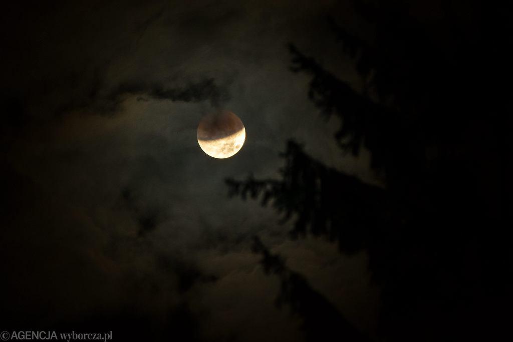 Całkowite zaćmienie Księżyca. Dzisiejsze zaćmienie to najdłuższe zaćmienie Księżyca w XXI wieku!
